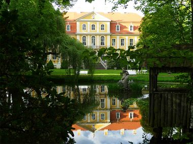 Rammenau Castle with the Castle Pond